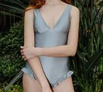 [W] OiOi X DIAGONAL Frill Bottom Swimsuit (Gray)